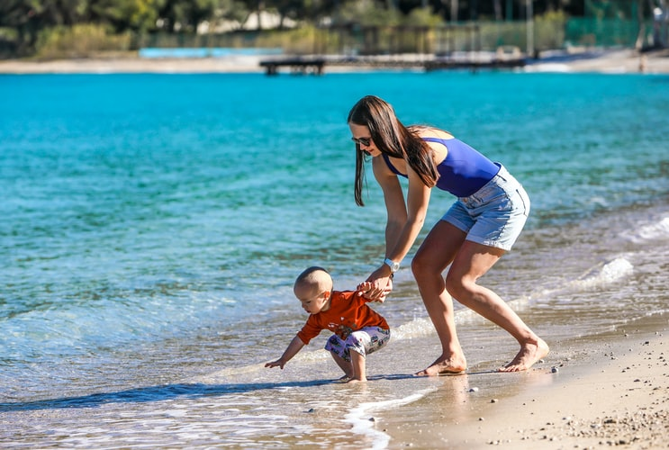 How to dress a newborn baby at the beach?